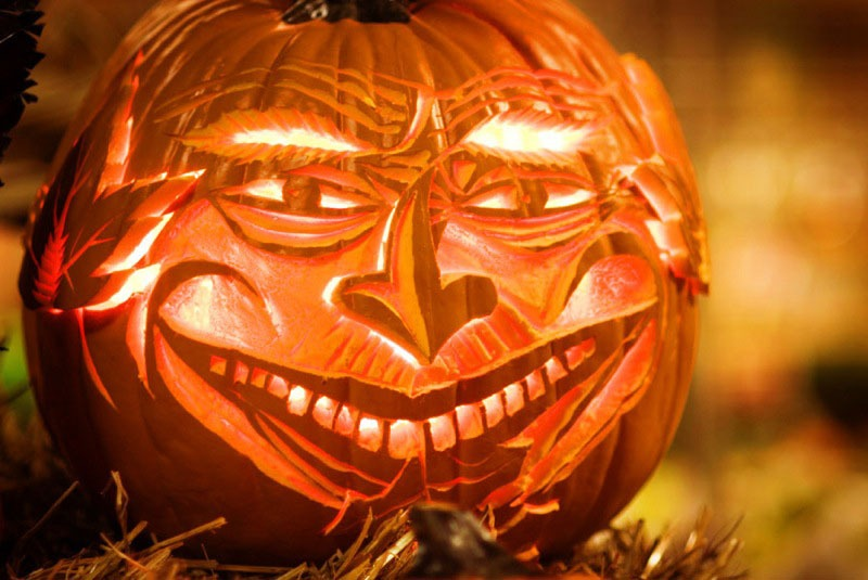 halloween-pumpkin-carving-smiling